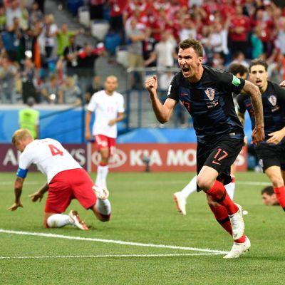 Kroatiens landslagsspelare firar kvartsfinalseger mot Danmark i fotbolls-VM.