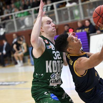 Seagullsin Trae Bell-Haynes ja KTP Basketin Topias Kuukkanen (vas) miesten Korisliigan ottelussa