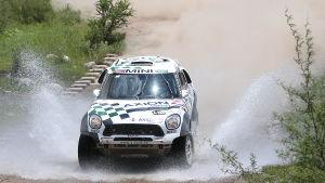Mikko Hirvonen rattar sin Mini i Dakar-rallyt 2016.