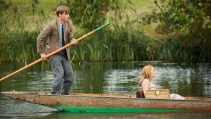 Edward och Florence paddlar omkring på floden i Oxford.
