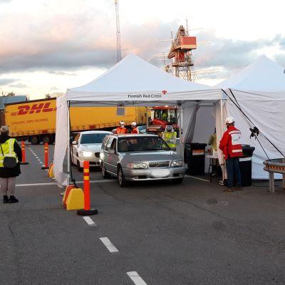 Matkustajia ohjatttiin koronapisteelle Turun satamassa 7.9.2020.