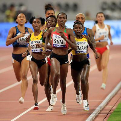 Ugandan Halimah Nakaayi (oik) käytti kyynärpäätaktiikkaa, kun hän eteni naisten 800 metrillä finaaliin.