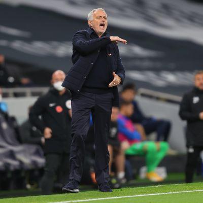Jose Mourinho möyryää kentän laidalla.