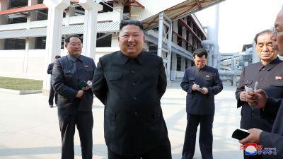 Nordkoreas ledare Kim Jong-Un (i mitten), fotografiet uppges vara taget precies efter att Kim hållit sig borta från offentligheten i nästan tre veckor i april 2020.