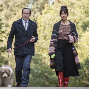 Kuusiosaisen brittikomedian päärooleissa ovat Ben Miller ja Caroline Catz.