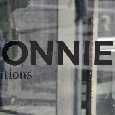 Bonnierin teksti ovessa Tukholmassa.