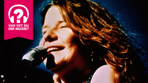 Janis Joplin sjunger i en mikrofon.