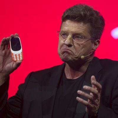 Tidigare vd:n för HMD Global, Arto Nummela, visar upp den nya Nokiatelefonen 3310
