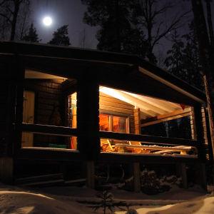 nattbild av sommarstuga