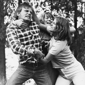 Kolme nuorta tappelee. Kuva elokuvasta Punatukka. Kuvassa Turo Unho, Paula Leppänen ja Arja Saijonmaa.