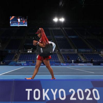 Naomi Osaka kävelee pois tenniskentältä.