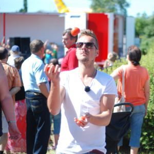 Jontti Granbacka jonglerar med tomater på Tomatkarnevalen i Närpes