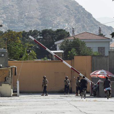 Vartijat seisovat vihreän vyöhykkeen portin edessä Kabulissa, Afganistanissa.