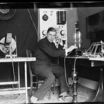 E.M.C. Eric Tigerstedt Kööpenhaminan laboratoriossaan vuonna 1915.