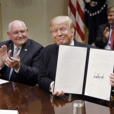 Donald Trump signerade ett presidentdekret under tisdagen som ska gynna jordbruket och landsbygden i USA. T.v. jordbruksministern Sonny Perdue.