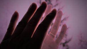 sormenpäät koskettavat toisia sormia
