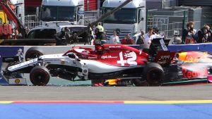 Kimi Räikkönens bil flyger upp på två hjul i en kurva, Max Verstappen ligger bakom