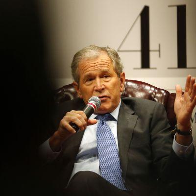 George W. Bush kirjansa julkistamistilaisuudessa marraskuussa 2014.