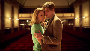 Edward och Florence dansar kind mot kind.