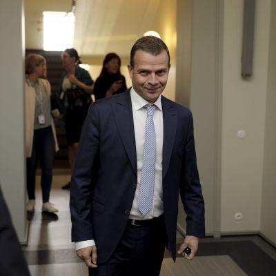 Finansminister Petteri Orpo anländer till Samlingspartiets riksdagsmöte i Helsingfors.