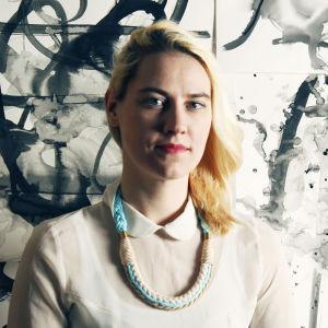 Korusuunnittelija ja kuvataiteilija Katariina Guthwert