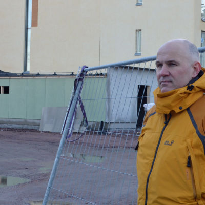 Anders Westerlund framför nybygge i Kyrkslätt