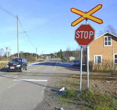 Obevakad plankorsning ivid Skinnarbyvägen i Lovisa