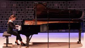 Venäläispianisti Anastasia Vorotnaya konserttilavalla.