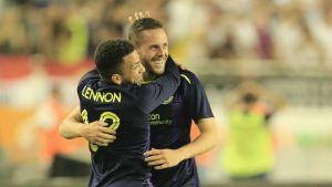 Gylfi Sigurdsson och Aaron Lennon kramar om varandra.