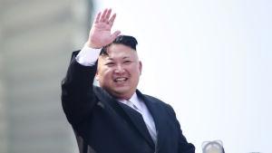 Kim Jong-un vinkar från en balkong under festligheter i april 2017.
