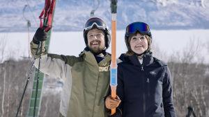 Karaktärerna Petter och Madde i en skidlift med glada leenden.