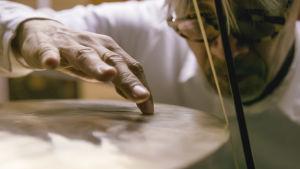 Lähikuva Ryuichi Sakamoton kädestä. Dokumenttielokuvasta Coda.