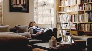 Ryuichi Sakamoto sohvalla kotonaan. Kuva dokumenttielokuvasta Coda.