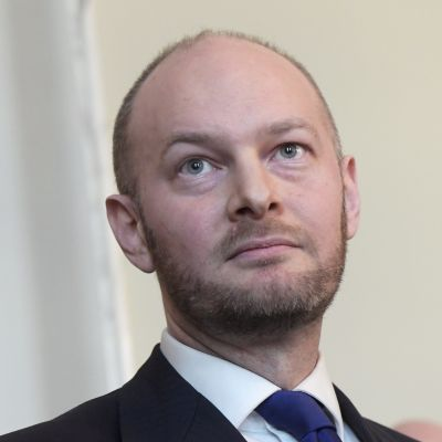 Sampo Terho under en presskonferens i Helsingfors den 25 april.