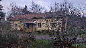 Ljusgult hus i herrgårdsmiljö.