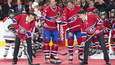 """Kanadas premiärminister """"tekar"""" i Montreal Canadiens-tröja."""
