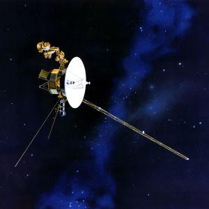 Piirros Voyager-luotaimesta avaruudessa.