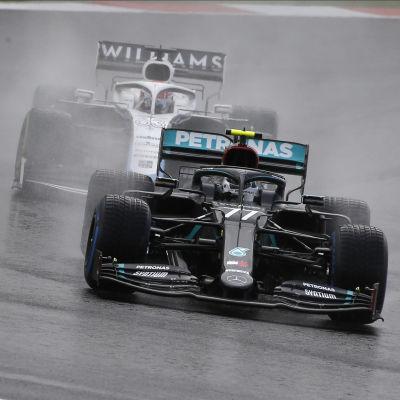 Valtteri Bottas i Mercedes före George Russell i Williams.