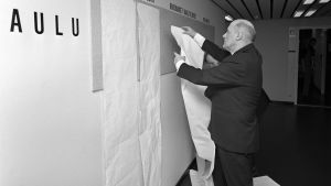 Mies kiinnittää viimeisimpiä vaalituksia taululle. vaalit, politiikka