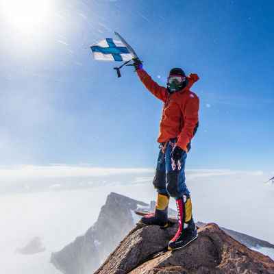 "Patrick ""Pata"" Degerman på en bergstopp i Antarktis."