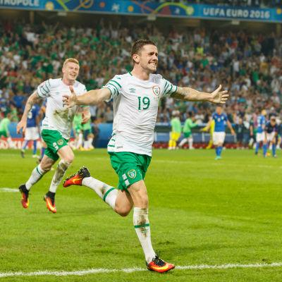 Robbie Brady firar sitt mål mot Italien.