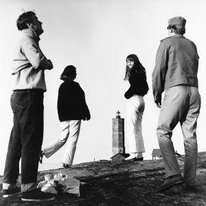 Kuva elokuvasta Punatukka. Ismo Kallio, Sinikka Hannula, Tarja Markus ja Veikko Honkanen seisovat kalliolla majakkasaarella.
