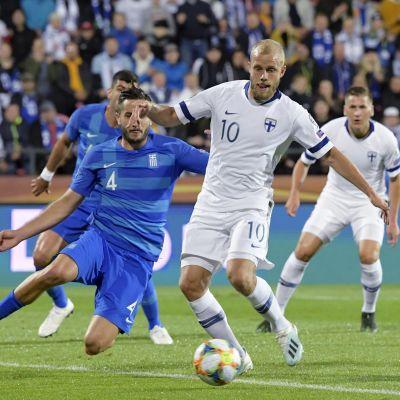 Teemu Pukki med bollen mot Grekland