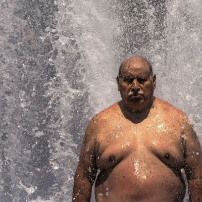 En man försöker kyla ner sig i en fontän i Portland, Oregon.