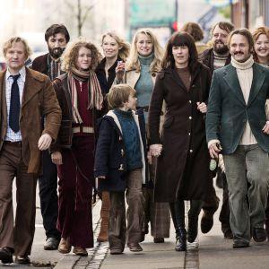 Hela gänget i Kollektivet promenerar längs en storstadsgata.
