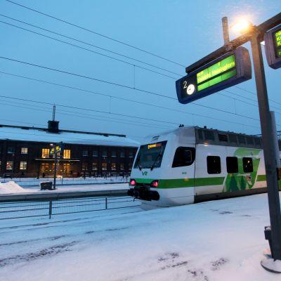 Lahden rautatieasema. Z-juna seisoo asemalla.
