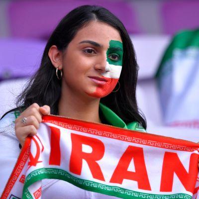 Iranin jalkapallomaajoukkueen naisfani katsomossa.
