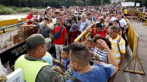 Flyktingar från Venezuela på väg över gränsen till Colombia.