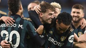 Patrick Bamford firar det snygga 2–0-målet tillsammans med lagkamraterna.