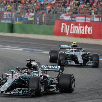 Kimi Räikkönen, Lewis Hamilton och Valtteri Bottas i farten.